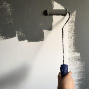 malowanie pasków na ścianie